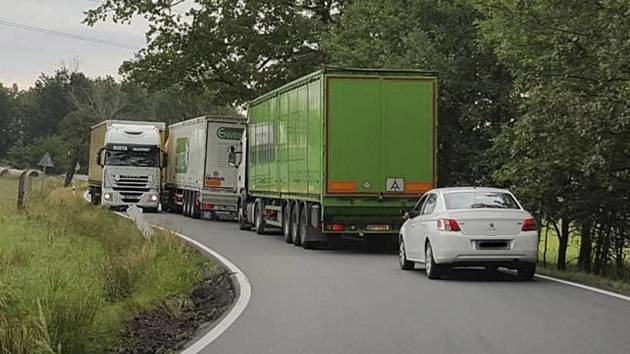 Objízdná trasa přes Podeřiště na Novou hospodu je pro kamiony opravdu hodně úzká.