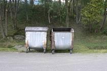 Auta stála zaparkovaná před kontejnerem a bránila tak odvozu komunálního odpadu. Ilustrační foto.