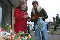 Alena Fischerová prodává na Malém náměstí v Prachaticích adventní věnce a různé vánoční ozdoby.