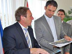 Bavorští zástupci předávají petici Jiřímu Zimolovi.