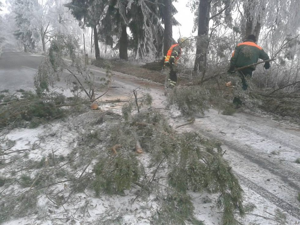 Dobrovolní hasiči ze Zbytin odstraňují popadané stromy ze silnic.