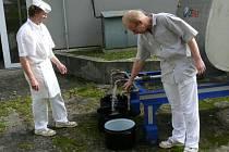 Pitnou vodu z cisterny berou od rána do nemocniční kuchyně.