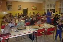 Projekt Tady jsme doma realizují v ZŠ Vodňanská v Prachaticích několik let. Zapojili se také letošní prvňáci, kteří se od Růženky Vincikové dozvěděli spoustu zajímavých věcí nejen o tradicích.
