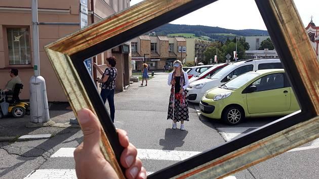 Město Prachatice se jistě právem pyšní tím, že odstraňuje bariéry. Schází se jak lidé na vozíčku, s berlemi, tak nevidomí, maminky s dětmi, senioři a hledají odstranitelné bariéry.