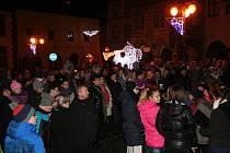Prachatičtí přišli na Velké náměstí, aby se i letos připojili k celorepublikovému zpěvu koled s Deníkem.