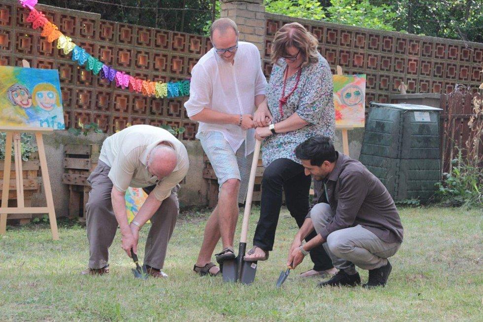 Mezigenerační zahrada v Prachaticích je otevřená. První výkopy má za sebou.