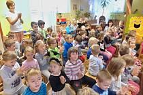 Děti z celé školky se sešly u rozsvíceného stromečku a netrpělivě čekaly na překvapení. To si pro ně připravili starší kamarádi z druhé třídy ZŠ Zlatá stezka a paní učitelky Strejčková a Urbánková.