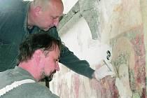 VÝZNAMNÝ OBJEV. Tomáš Skořepa a Jiří Mašek se starají o zrestaurování maleb v presbytáři kostela sv. Jakuba v Prachaticích. Obrazy byly pod vrstvami nátěrů na stěnách ukryté téměř pět století.
