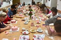 V pondělí večer uspořádala Lucie Jahelková další z řady workshopů. Tentokrát se zaměřila na oslavy svátku zamilovaných, na sv. Valentýna. Workshopem prakticky provázela Zuzana Barborková.