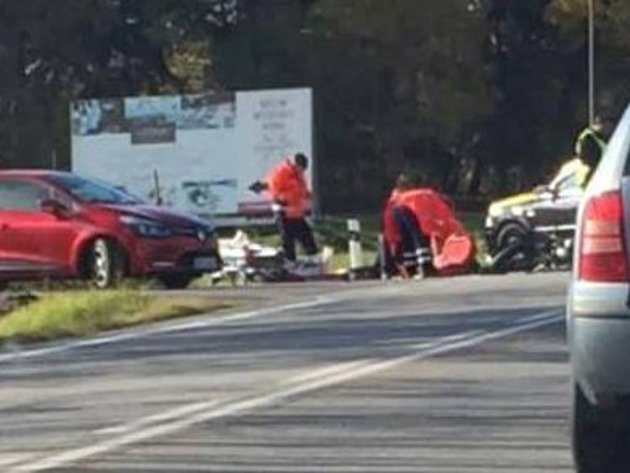 Motorkář a osobní auto se srazili v pátek 26. října asi patnáct minut před druhou hodinu na hlavním tahu silnice poblíž areálu Vodník ve Vimperku.