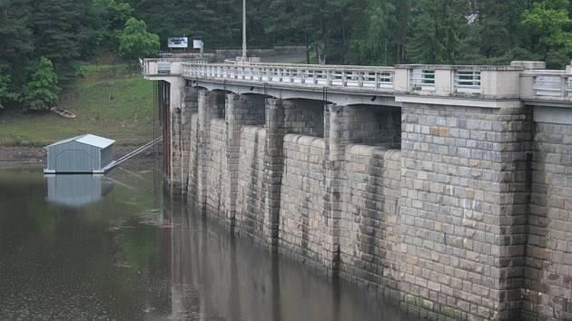Počínaje pondělím 12. srpna bude Husinecká přehrada pro veškerou dopravu zcela uzavřena až do 31. prosince.