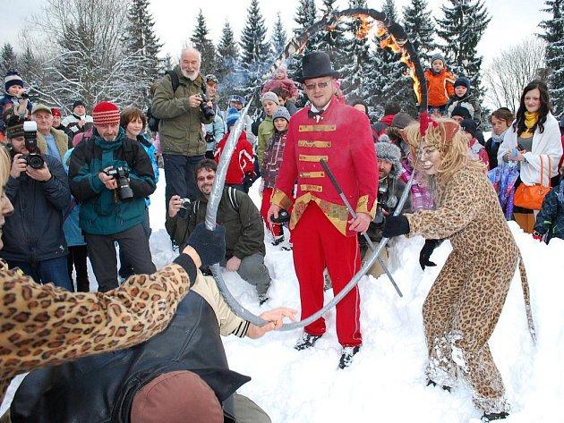Na konec loňského roku si nenechali ujít stovky lidí výstup na vrchol Boubína spojený s již tradiční Slivestrovskou jízdou zvláštního vlaku, letos ve znamení cirkusového světa.