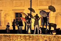 Zámek Kratochvíle zažil deštníkovou taneční párty.