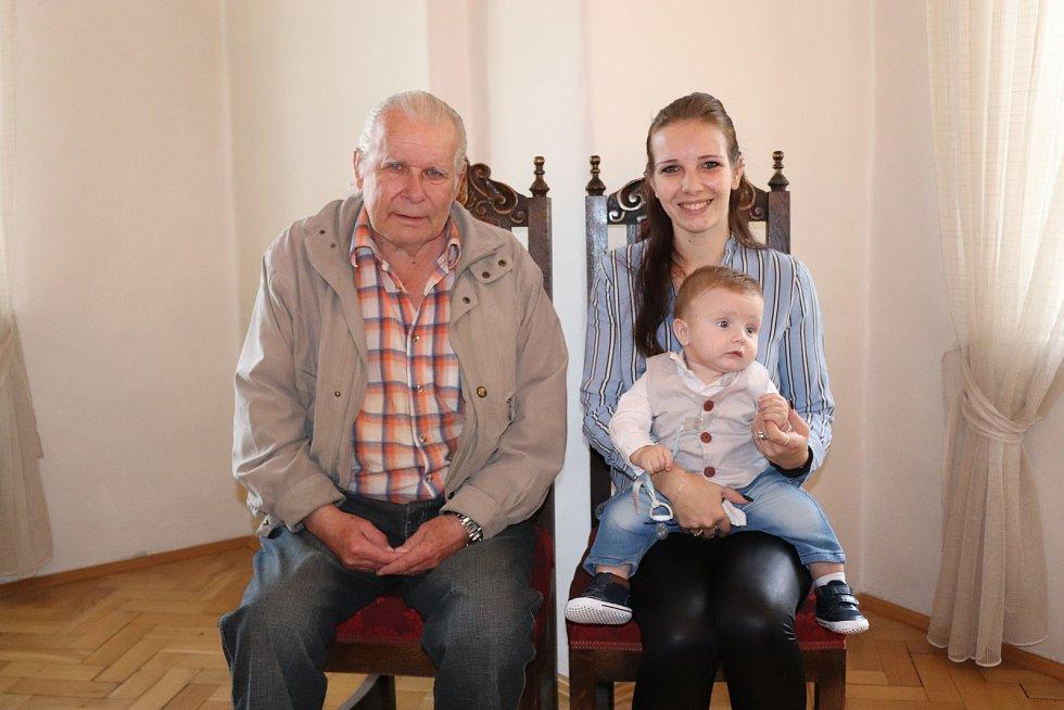 Dennis Janošťák s maminkou a dědečkem.