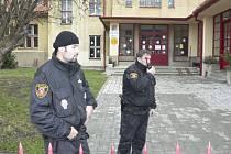 Areál Základní školy ve Vodňanské ulici v Prachaticích monitorovali po evakuaci školáků strážníci Městské policie Prachatice