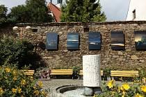 Autorem fontány, která stojí na Malém náměstí v Prachaticích, je Olbram Zoubek.