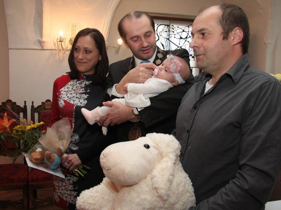 Prvního občánka Prachatic letošního roku, malou Kristýnku Grillingerovou chviličku konejšil i starosta Martin Malý.