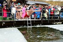 Otužilci se ponořili do vody rybníka na Vodníku.