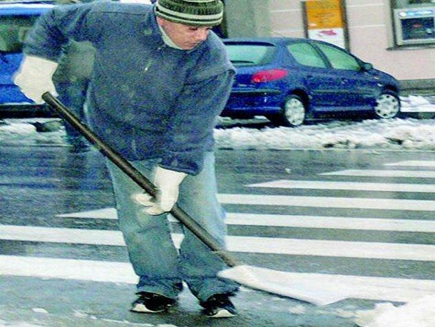 ČISTÉ ULICE. Úklidová firma se pustila do odstraňování sněhu. Sníh u přechodů na Málém náměstí odklidil Emil Laci (na snímku).