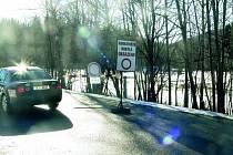 ZNAČKA ZATÍM NEBUDE. Na silnici na Zadov zatím zimní výbavu řidiči povinnou nemají. Podle podnikatelů se situace v této oblasti vloni zlepšila.