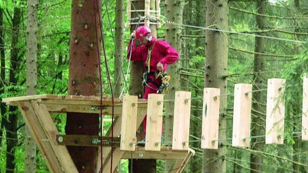 PARK FINIŠUJE. Základy jednoho z největších lanových parků v republice na vrcholu Libína už visí na stromech. Otevření parku je naplánováno na 14. června.