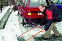 MOKRÝ SNÍH. Po celém okresu se pustili lidé do odklízení  sněhu. Také Petr Moravec vzal včera dopoledne hrablo do rukou a uklízel  chodník u městského kulturního střediska ve Vimperku.
