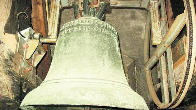 VIMPERSKÝ ZVON. Maria Hilfe byla původně prostředním ze tří zde zavěšených zvonů. Dnes ji dělá společnost ještě umíráček přenesený sem ze hřbitovního kostela.