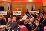 Pedagogové a rodiče žáků přišli na vimperské zastupitelstvo podpořit setrvání ředitelek ZŠ a MŠ ve funkcích.
