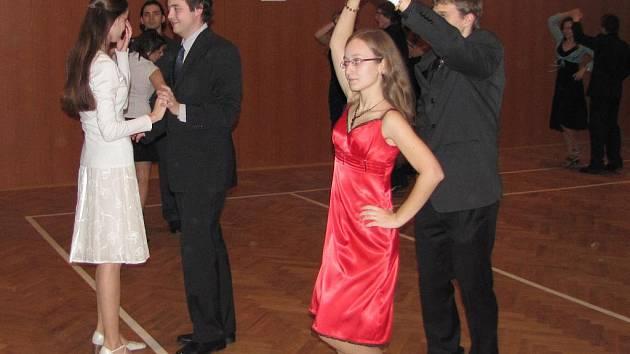 V letošním roce se do tanečních kurzů ve Strunkovicích nad Blanicí přihlásily desítky dvojic. Díky tomuto úspěchu začnou na podzim i taneční pro pokročilé.