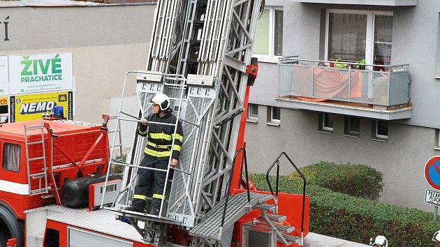 Lidi z věžáku by hasiči dostali pryč po žebříku