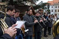 Letos už popáté se na Štědrý den v poledne sešli prachatičtí Zlatí trubači, aby na pár minut zastavili vánoční shon.