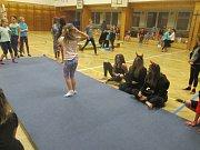 Čerti přišli cvičit gymnastiku.