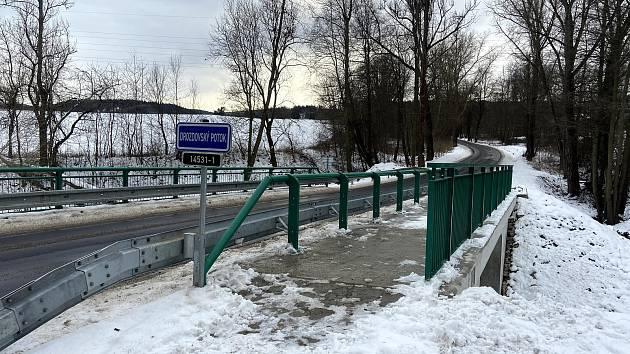 Most nechal opravit Jihočeský kraj, protože je součástí silnice druhé třídy. Ještě letos od něj k zahrádkářské kolonii povede bezpečná pěší stezka.