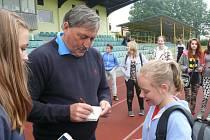 Antonín Panenka se podepisuje jedné z fanynek.