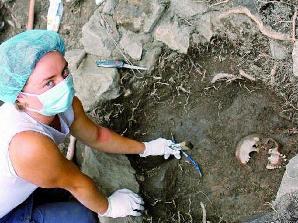 Vědci zahájili výjimečný archeogenetický projekt, který se opírá o kosterní pozůstatky nalezené v lokalitě sv. Ján nad Netolicemi. Výsledky rozborů se pak budou srovnávat se vzorky DNA odebraných z kostí pocházejících z 10. až 13. století.