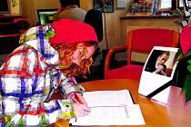V prachatickém íčku občané podepisují Kondolenční list.