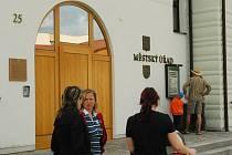 Od poloviny května mají návštěvníci možnost získat informace o Volarech z nového infoboxu, který nechala radnice nainstalovat vedle vchodu do městského úřadu.