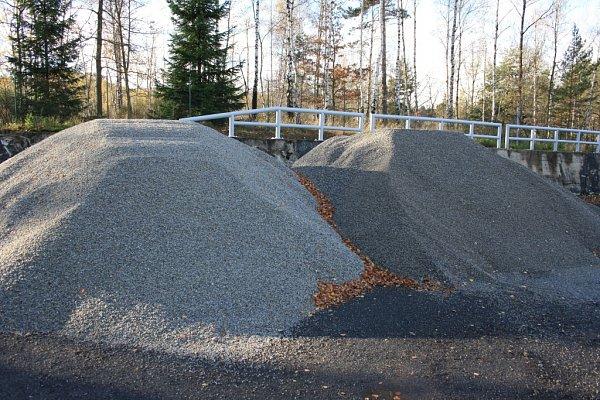 Kromě soli využívají silničáři kzimní údržbě iinertní materiál. Iten je uskladnění na skládce pod Žernovicemi.