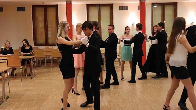 Taneční kurzy v prachatickém Národním domě vede Tomáš Gaudník.