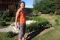 Téměř dvacet let práce a zahrada Jiřího Majera v Husinci připomíná spíše tu zámeckou.