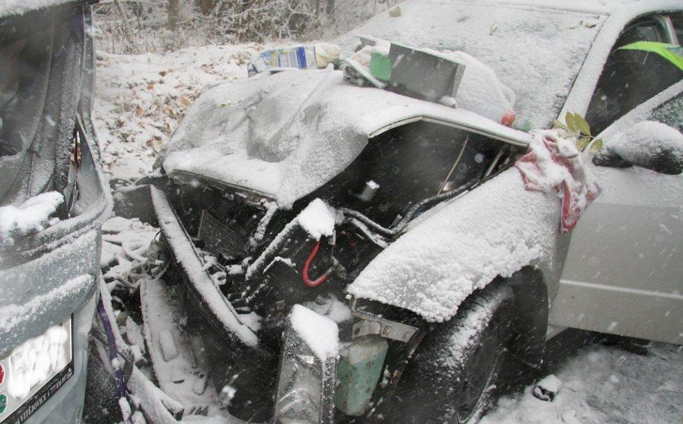 Při srážce dvou osobních na Rozvodí u Volar bylo zraněno sedm lidí, z toho dva těžce.