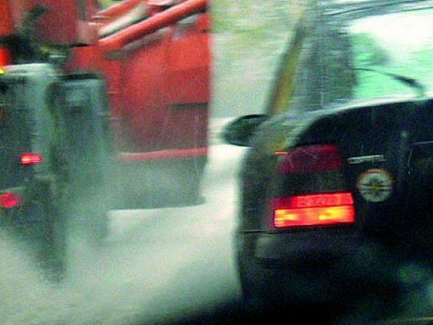 KALAMITA.  Řidiče na Prachaticku nemile překvapila sněhová nadílka.