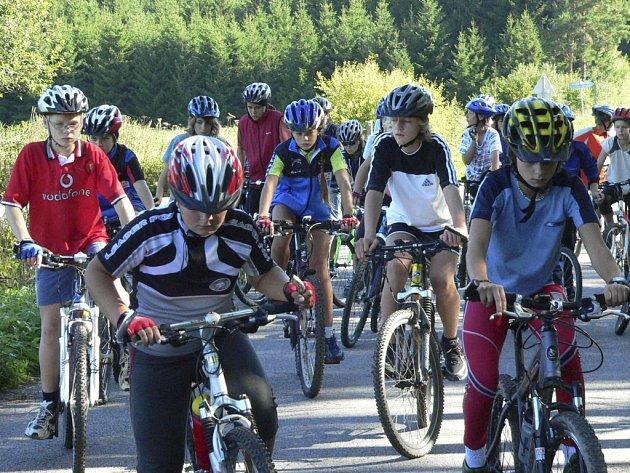 Přes sedm desítek mladých lyžařů ze Ski klubu Šumava Vimperk tento týden absolvuje soustředění v okolí Lipna.