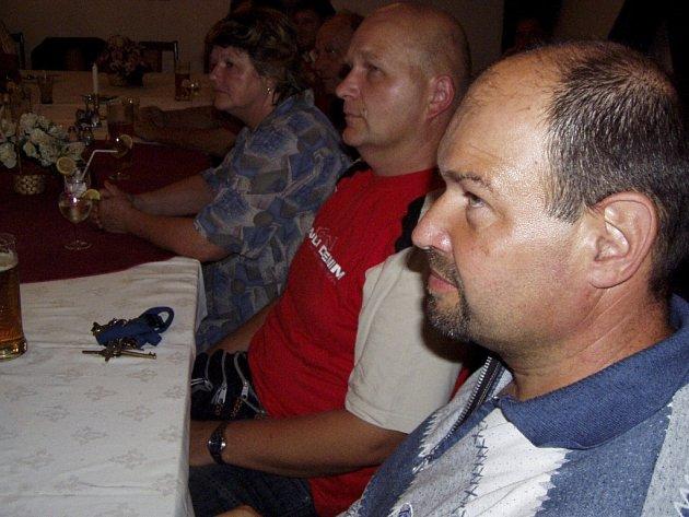 OHLÉDNUTÍ ZA POVODNĚMI.  Na léto před pěti lety si přišel ve čtvrtek večer zavzpomínat i (zprava) Ivo Novotný, Rostislav Eichner a Marie Jandová.