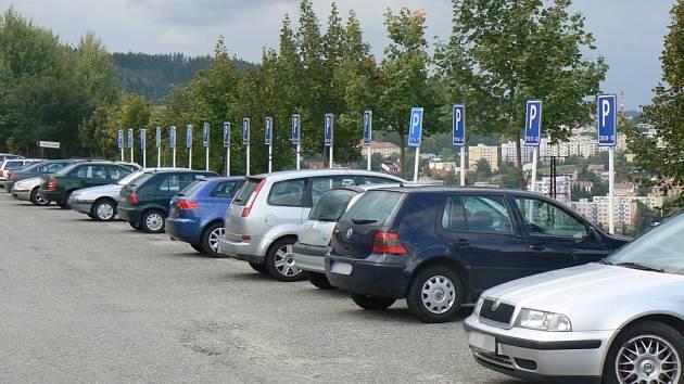Řidiči nerespektují dopravní značení a parkují na místech, kde parkovat nesmí. Ilustrační foto.
