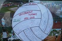 Jako poděkování dostali pořadatelé lčovického turnaje koláž z fotografií a s podpisy všech hráčů posledního turnaje na symbolickém volejbalovém míči.