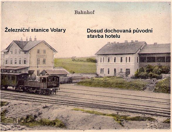 Historická pohlednice vlakového nádraží a hotelu ve Volarech