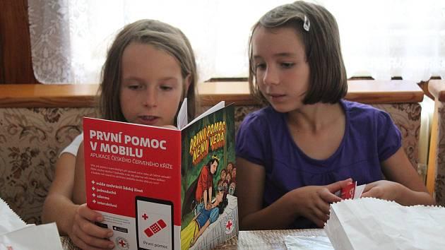 Děti, které jezdí na letní tábor s ČČK, se zdokonalují nejen v první pomoci.