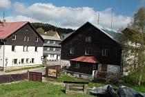 Jediný objekt, který po demolici areálu bývalé roty pohraniční stráže zůstal stát (na snímku vpravo), nabízí Správa NP Šumava k odprodeji za 3,146 milionu korun.