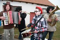 Masopust v Lažištích měl u místních obyvatel úspěch. Tolik masek se tu prý ještě nesešlo. tak snad se to stane stejně jako masopust tradicí.